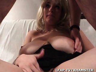 blonde aux enormes seins s fait defoncer la chatte