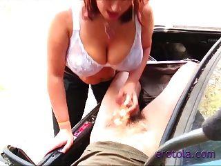 busty boobiekat gibt blowjob zu einem Kerl im Koffer!