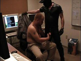 Kerl macht Oral Sex in seinem Arbeitsraum