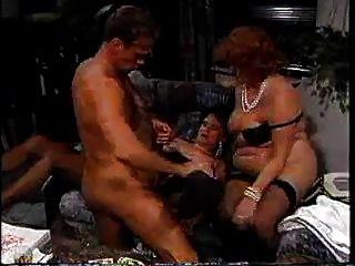 Drei alte Omas verführen jungen Mann