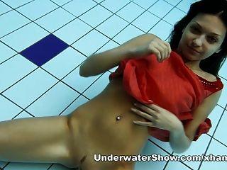 Anna nackt schwimmen unter Wasser