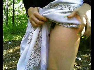 Blitz Arsch und Titten in einem öffentlichen Wald