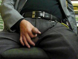 japanische alte man.semen fließt aus dem Penis aufrecht steif