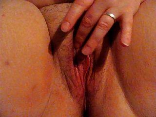 Frau fingert ihre Muschi