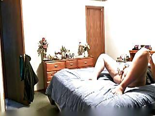 reife Frau gefangen masturbieren auf dem Bett