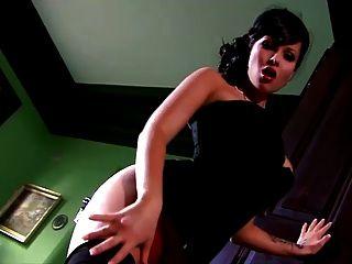 big tits noble Dame spielt mit ihrer Pussy