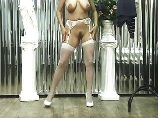 Mädchen in sexy Dessous zeigt heiße Pussy und Titten