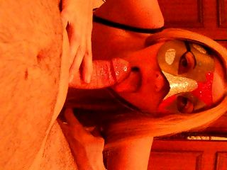 Maske blonde Milf Amateur Frau in Stiefel Blowjob Sperma im Mund