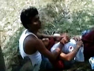 indische Mädchen erlauben, ihren Liebhaber mit ihren Titten in einem Park zu spielen