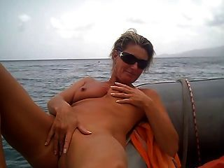 Amateur masturbieren auf dem Boot