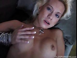 wunderschöner älterer Amateur hat einen sexy Körper und eine nasse saftige Pussy