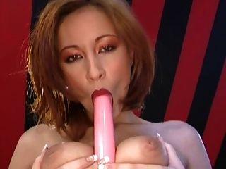 busty brunette carmen spielt mit ihrer pussy