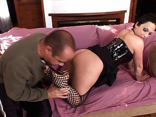 Mädchen in Fishnet Pussy geleckt und gibt Fuß Job