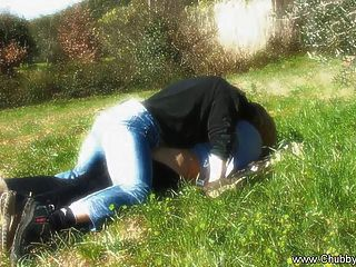 natürliche italienische Liebe auf dem Gras