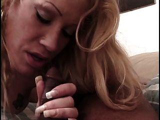 Heiße Blondine bekommt ihr hübsches Gesicht von jungen Männern gefickt anal blowjobs