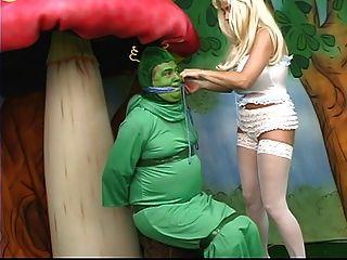 sexy Alice mit fetten Titten geht im Wunderland verloren und spielt mit einer Raupe