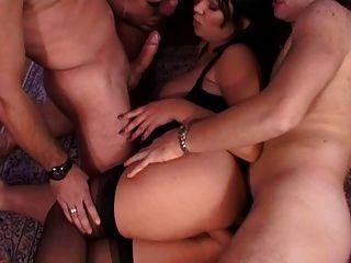 Drei Kerl und ein Mädchen werden wild