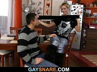 mit verbundenen Kerl bekommt seinen Schwanz gesaugt