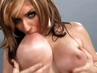 Sie saugt ihre eigenen Brustwarzen