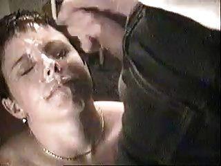 Sperma in ihrem Gesicht