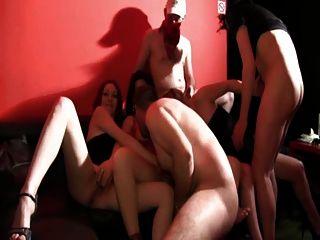 leeloo und eine weitere blonde gangbanged im aphrodites club