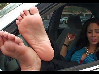 Ruck für Füße in der Öffentlichkeit. joi