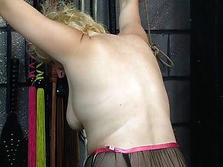 Chubby Blonde bekommt Strafe von alten Kerl