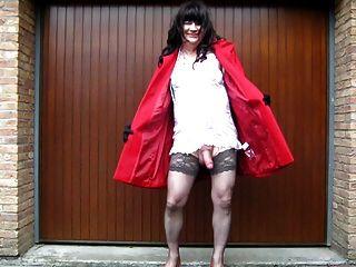 nackter Crossdresser unter ihrem Mantel