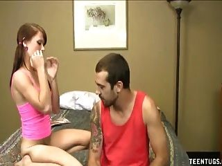 hot teen wichst einen Schwanz auf dem Bett