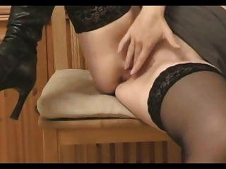 sexy Frau in Stiefeln ficken ihre Fersen