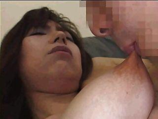 lange gummiartige Brustwarzen saugten