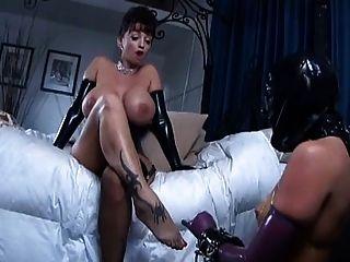 2 busty Herrin Gebrauch lesbischen Sklaven