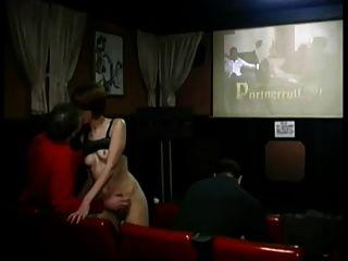 Redhead Schlampe geht wild im Porno Theater