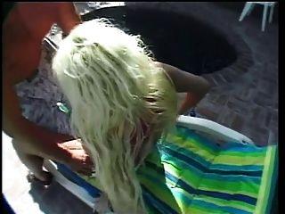 Hot Blonde Coed breitet ihre Beine weit und bekommt ihre Twat schmeckte am Pool