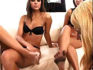 lesbische Sklavenverehrung schmutzige Füße hat zwei Herrin