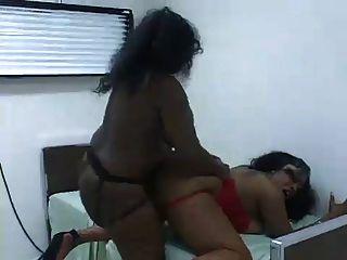 zwei sexy Frauen helfen sich gegenseitig