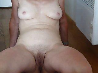 breite meine haarige Pussy aus und zeige meine Titten