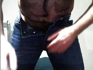 haarige Jungfrau necken seinen Schwanz in Blue Jeans