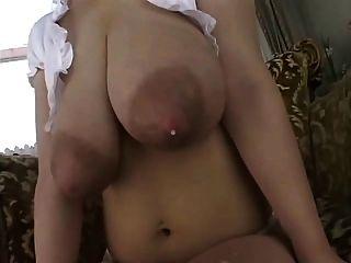 busty große Brust laktierende
