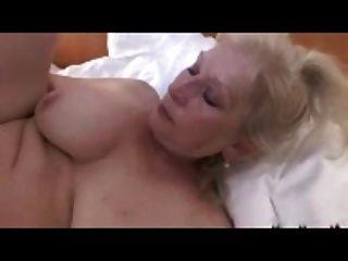 blonde Oma mit einem großen titts r20