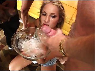 schmutziges Mädchen trinkt 20 Jungs Sperma aus einer Schüssel (gfsoa)