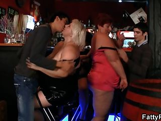 fette Damen haben Spaß auf der Party