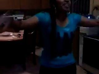 tamilisches Mädchen tanzt und zeigt nackten Körper