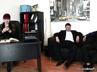 heiße Geschäftsfrau nimmt zwei Schwänze