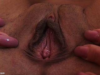 großer Dildo streckte ihre Muschi zum Orgasmus