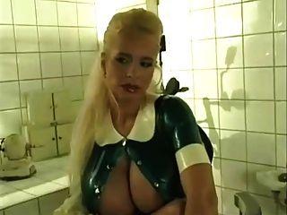 Tina Engel als Fetisch Krankenschwester