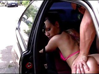 haariges deutsches Mädchen im Auto gefickt