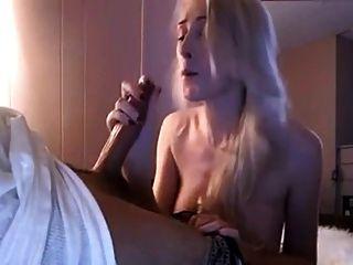 sehr süße blonde Mädchen gibt einen Blowjob