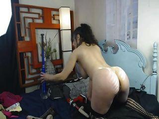 Busty Babe fickt ihre Pussy hart mit massiven Dildo