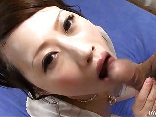 Hahn liebevolle kanae serizawa ist auf den Knien saugen eine harte di